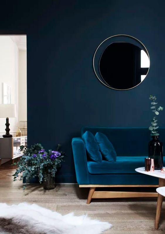 Sala azul monocromática com sofá da mesma cor que a parede