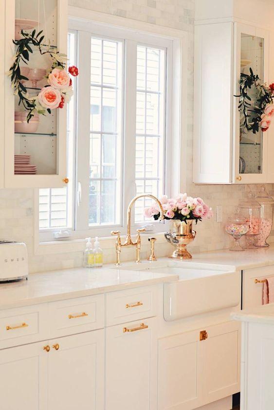 Cozinha monocromática em rose gold, super delicada