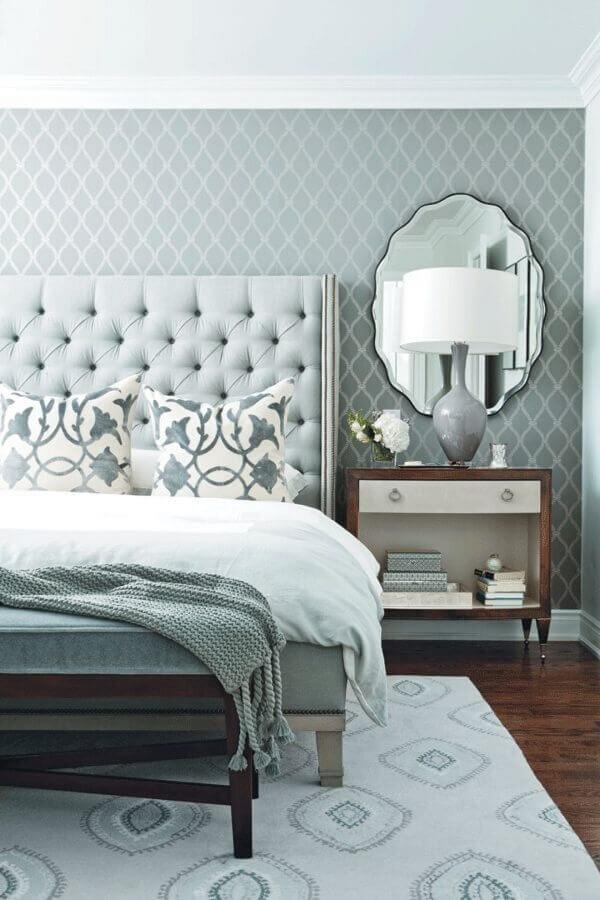 delicado papel de parede quarto de casal cinza decorado com cabeceira capitonê Foto Pinterest