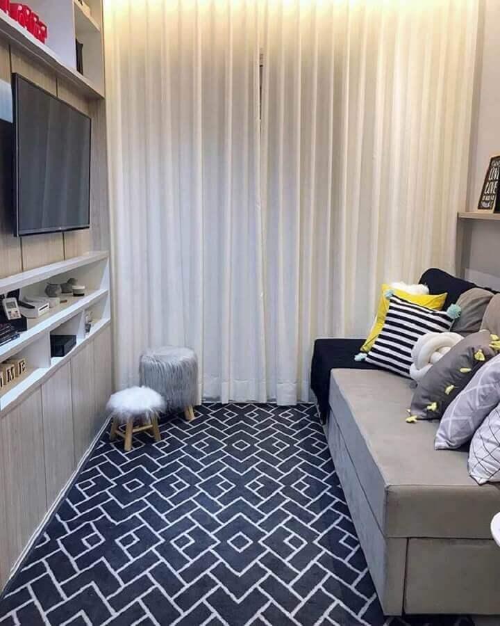 diferentes modelos de almofadas para sofá pequeno sem braço em sala de TV Foto Jeito de Casa