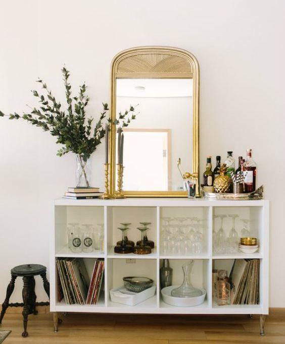 Cômoda com espelho dourado