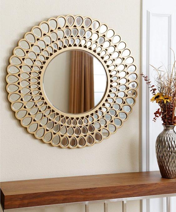 . Espelho redondo com moldura dourada