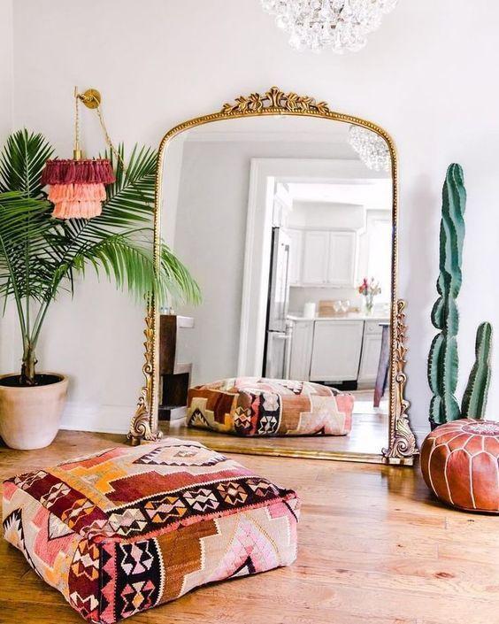 Espelho dourado de chão na decoração moderna