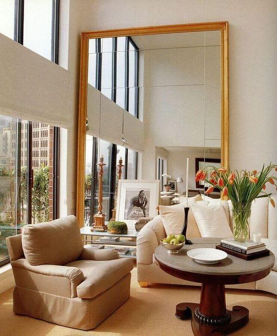 Espelho dourado grande na sala de estar