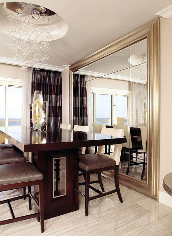 Espelho dourado grande na sala de jantar