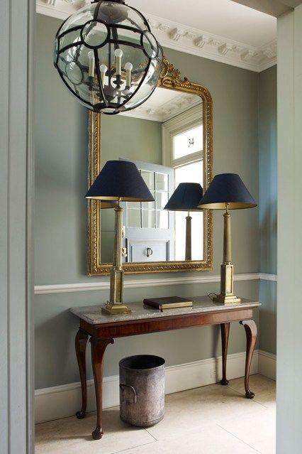 Espelho dourado no hall de entrada