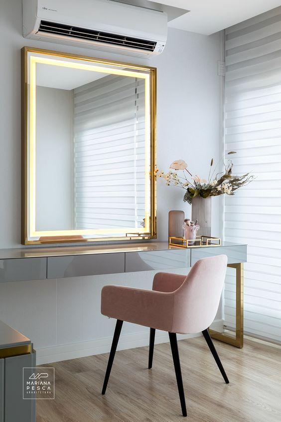 Espelho dourado na penteadeira