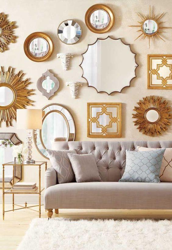 Conjunto de espelhos dourados na sala de estar