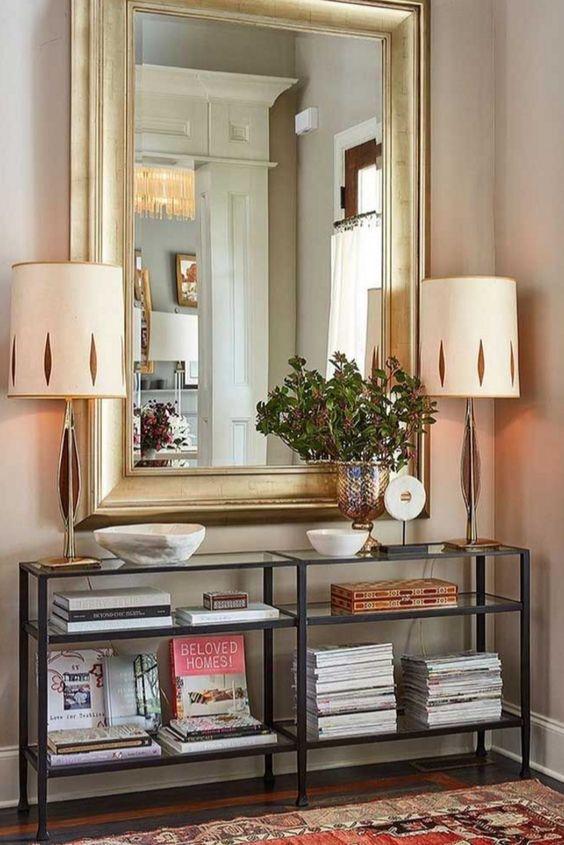 Espelho dourado na sala de estar
