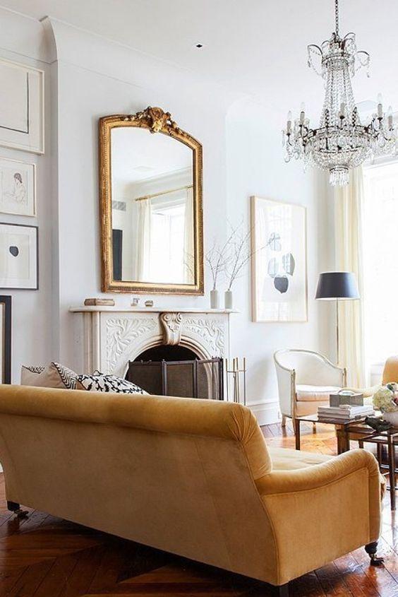 Sala de estar com espelho dourado