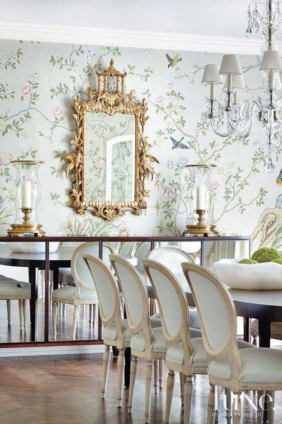 Decoração com papel de parede floral e espelho dourado