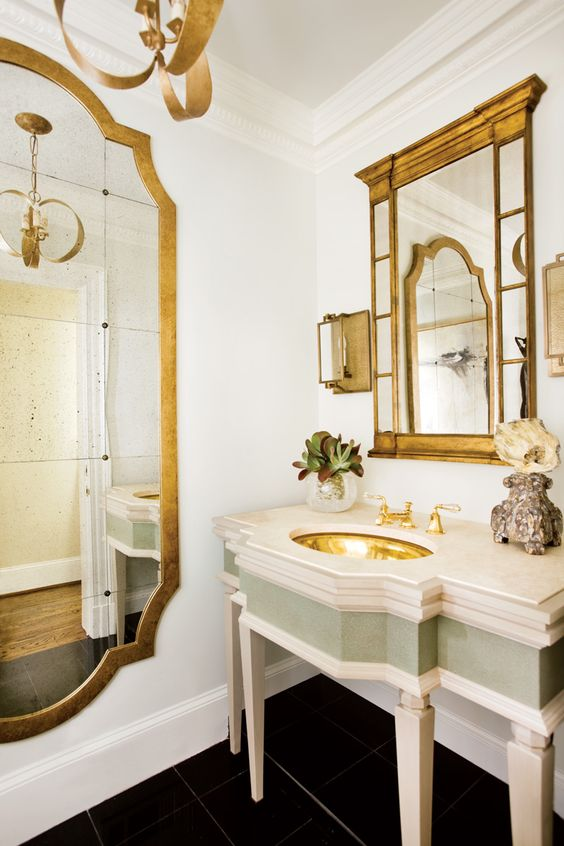Banheiro com espelhos dourados na decoração