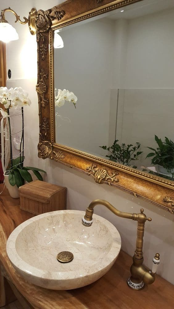 espelho dourado no banheiro luxuoso