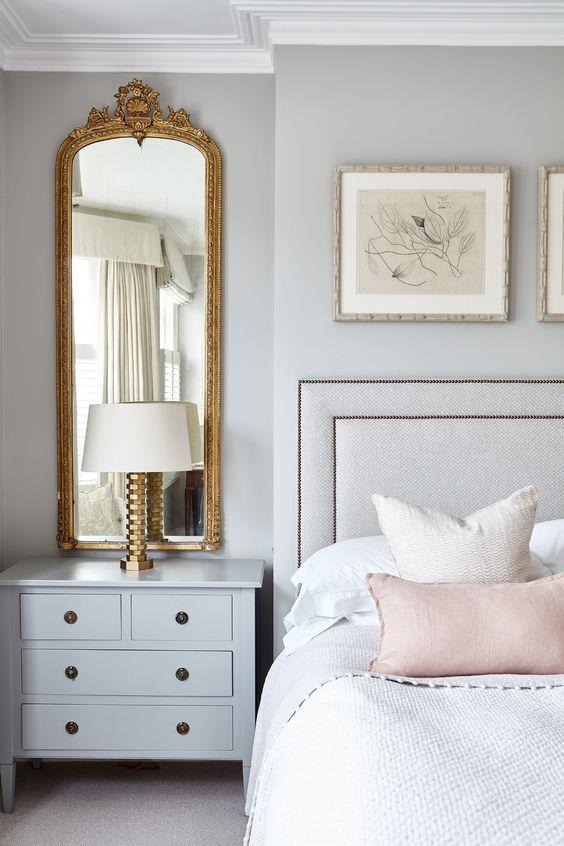 Espelho dourado no quarto feminino