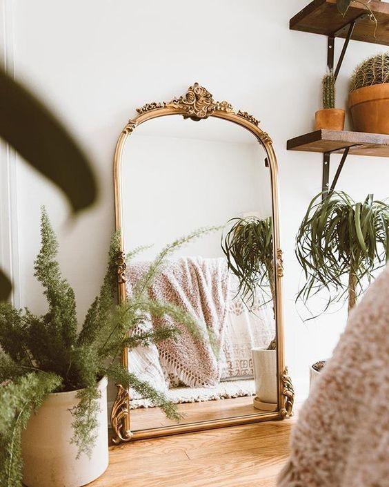 Espelho dourado grande no quarto