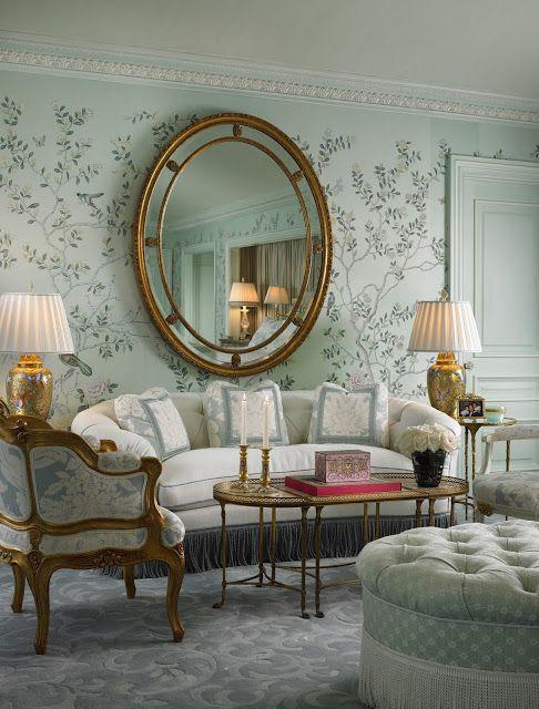 Sala decorada com espelho redondo dourado
