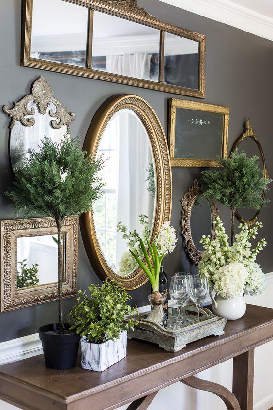 Espelho dourado redondo no aparador