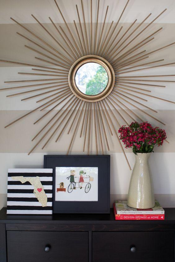 espelho sol dourado no aparador de casa
