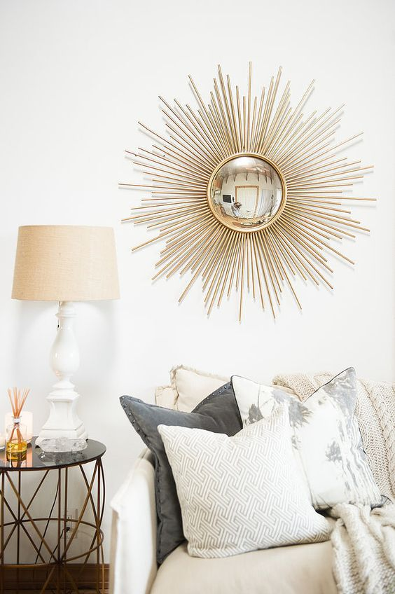 Espelho sol dourado na sala de estar