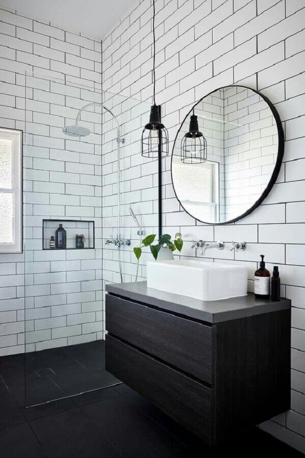 espelho redondo para decoração de banheiro preto e branco minimalista com gabinete suspenso Foto Conexão Decor