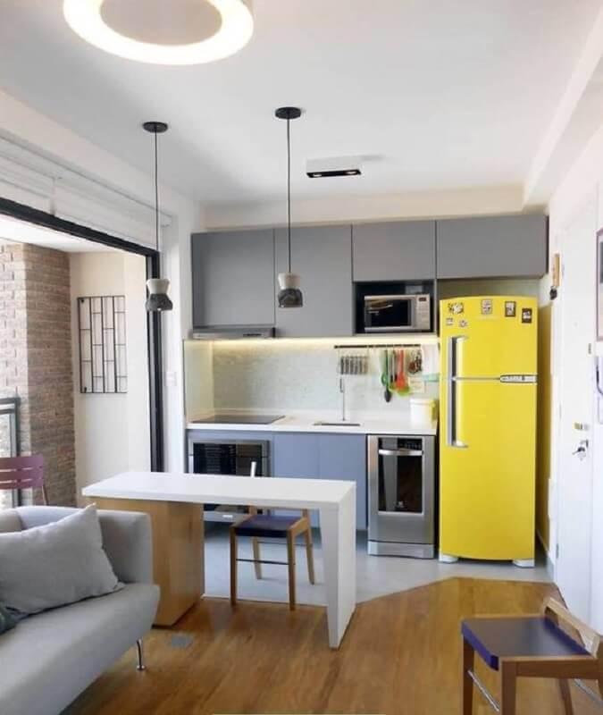 geladeira amarela para decoração de sala e cozinha integrada pequena com armários cinza Foto Pinterest