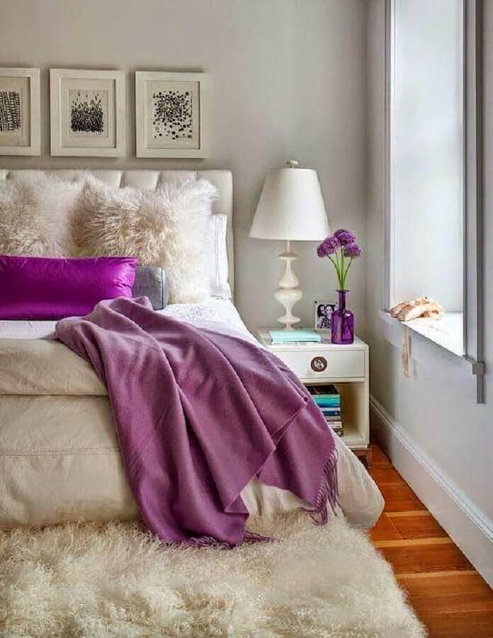 decoração de quarto de casal branco com tapete felpudo e abajur de cabeceira Foto Decor Art