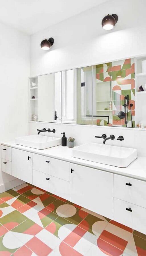 luminária de parede para banheiro branco decorado com piso colorido  Foto Wanda Ely Architect