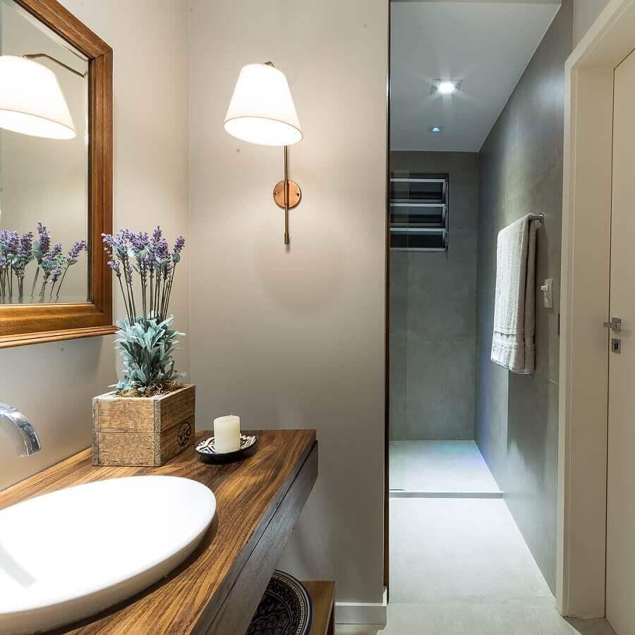 luminária de parede para banheiro cinza decorado com bancada e espelho de madeira Foto Pinterest