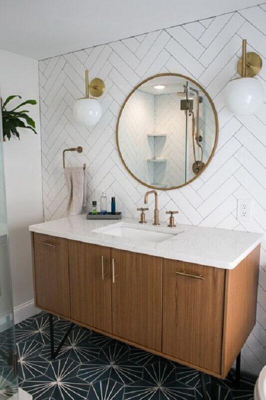 luminária de parede para banheiro decorado com espelho redondo e gabinete de madeira Foto Decorated Life