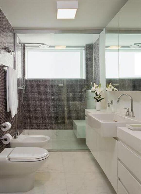 luminária de teto para banheiro branco decorado com pastilhas cinza Foto Pinterest