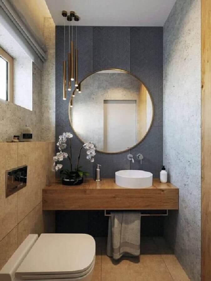 luminária para banheiro pequeno e moderno com bancada de madeira planejada  Foto Apartment Therapy