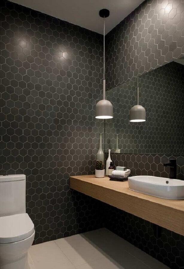luminária para banheiro preto moderno com bancada de madeira  Foto Apartment Therapy