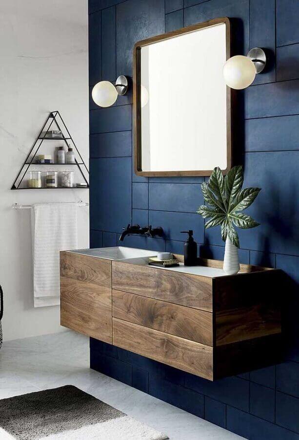 luminária para espelho de banheiro azul marinho decorado com gabinete de madeira Foto Home Fashion Trend
