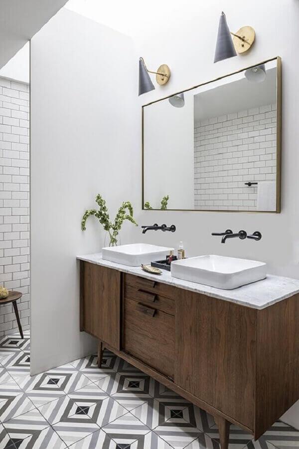 luminária para espelho de banheiro decorado com gabinete de madeira Foto Pinterest