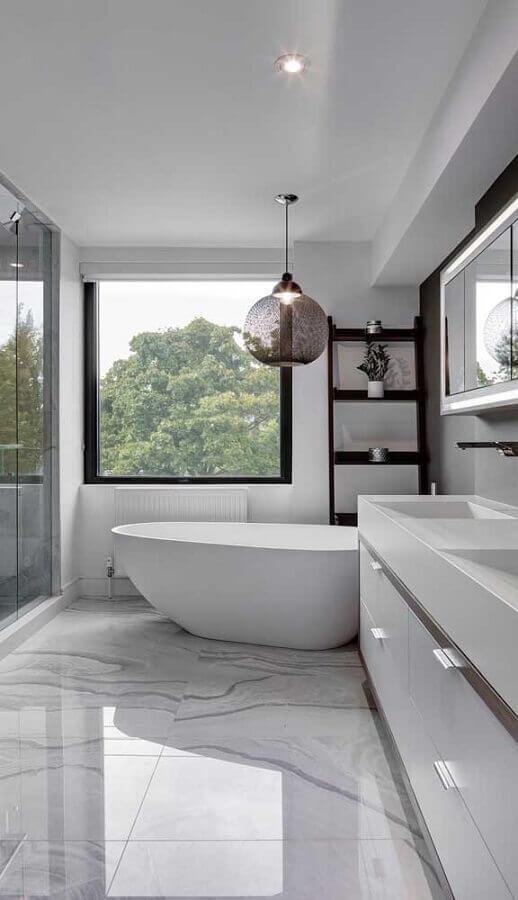 luminária pendente para banheiro de luxo com banheira Foto Apartment Therapy