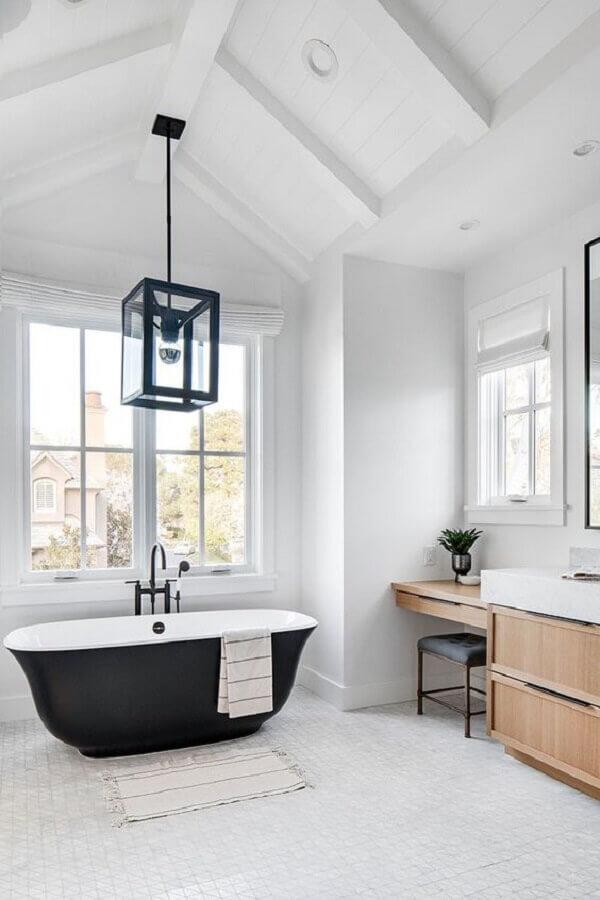 luminária pendente para banheiro grande com banheira preta  Foto PUFIK Interiors & Inspirations