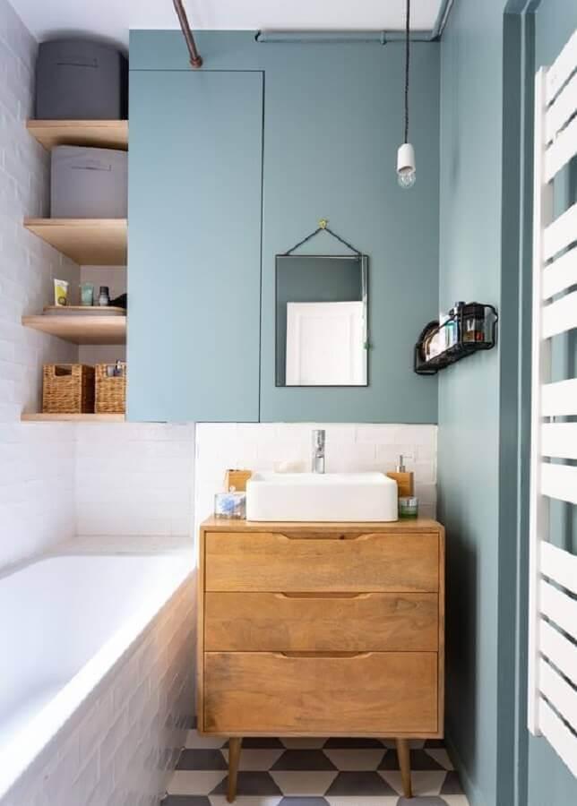 luminária pendente para banheiro pequeno azul e branco  Foto Jeito de Casa