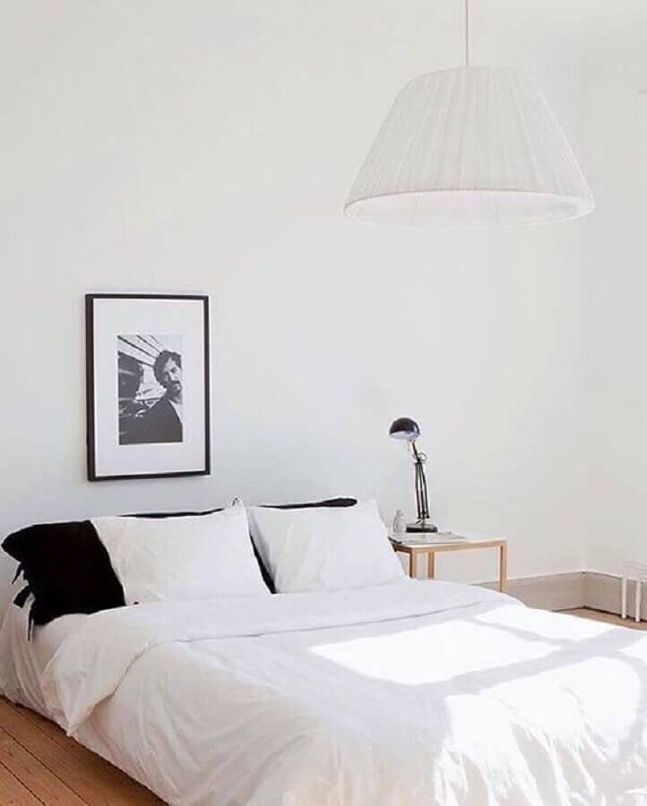 luminária preta para decoração de quarto minimalista todo branco Foto Coco Lapine Design