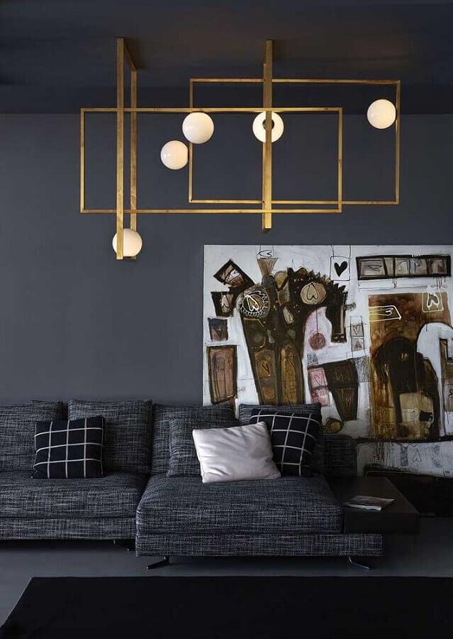 Lustre moderno dourado na decoração de sala preta