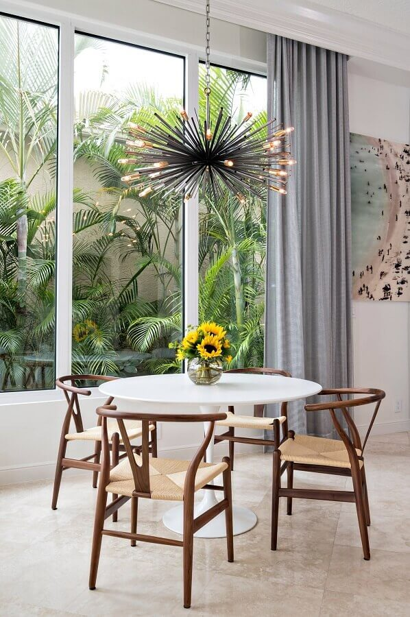 lustre moderno e vasos de flores para decoração de sala de jantar com mesa redonda  Foto Pinterest