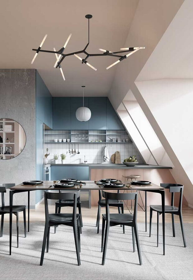 lustre moderno para decoração de cozinha e sala de jantar integradas com cadeiras pretas e armários azuis Foto Behance