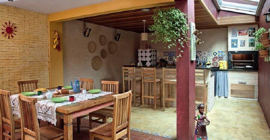 móveis de madeira para varanda gourmet rústica com churrasqueira e parede de tijolinho Foto Pinterest