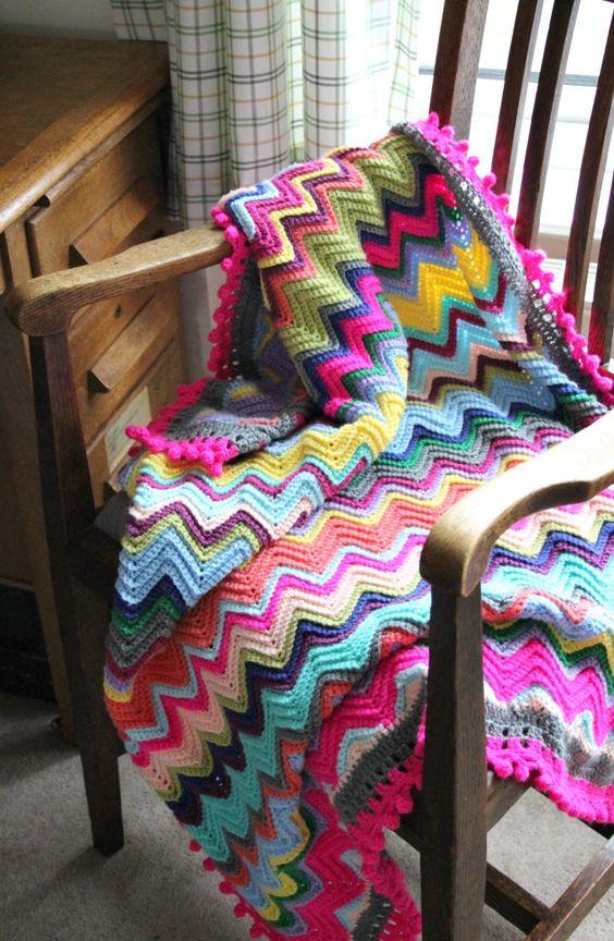 Manta colorida para poltrona de madeira