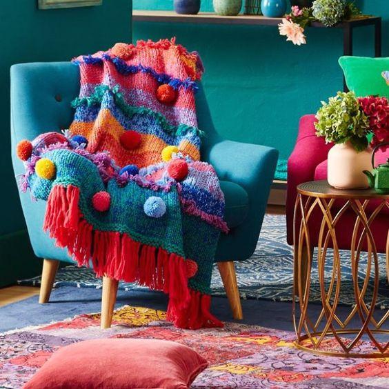 Manta para poltrona colorida na sala retrô