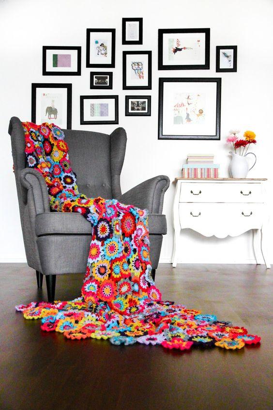 Manta para poltrona de crochê com flores coloridas