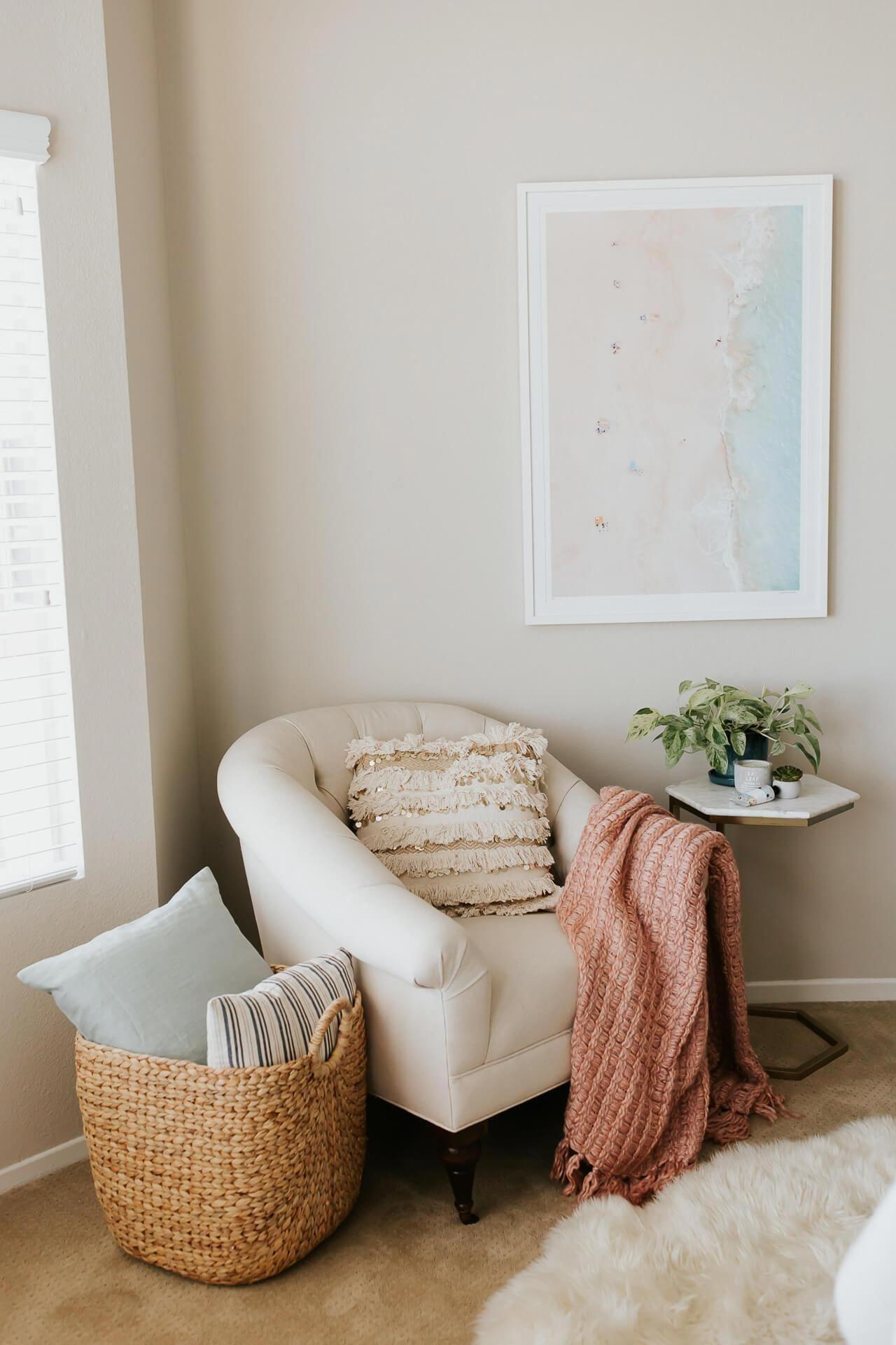 Manta rose para poltrona clara no quarto