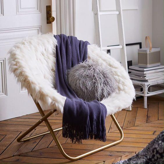 Escolha uma cor vibrante para usar como manta para poltrona