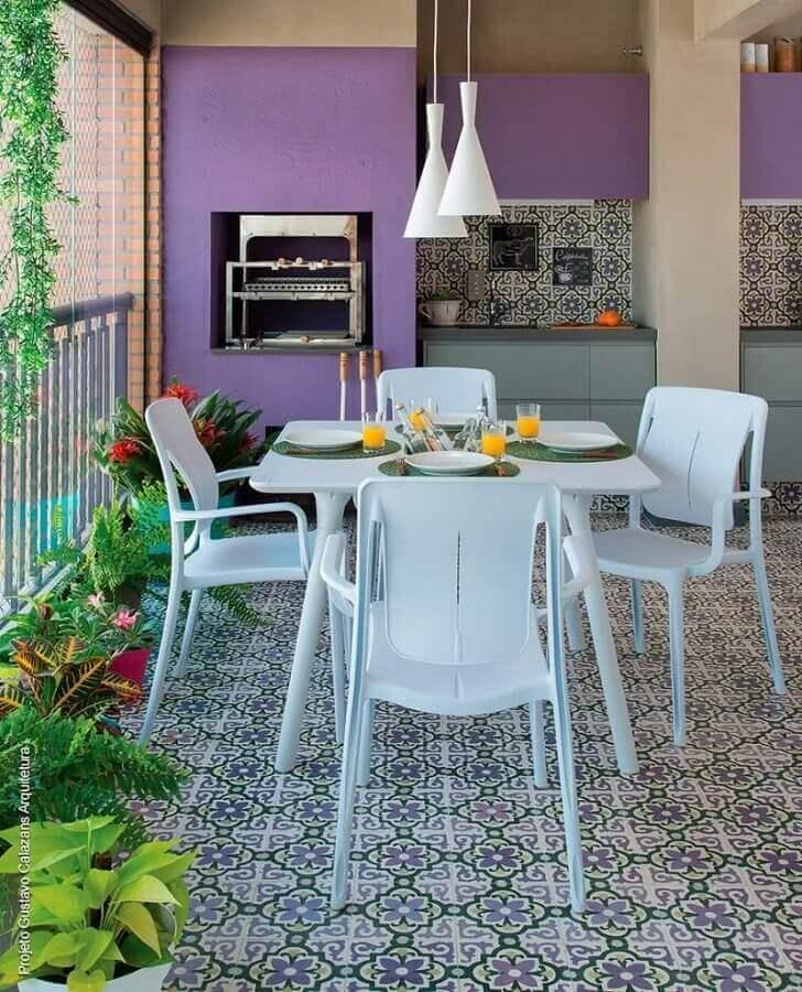 mesa branca para decoração de varanda gourmet com churrasqueira e com pintura roxa Foto Muito Chique