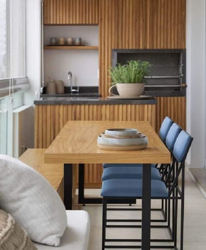 mesa com banco e cadeiras azuis para varanda gourmet pequena com churrasqueira em apartamento Foto Pinterest