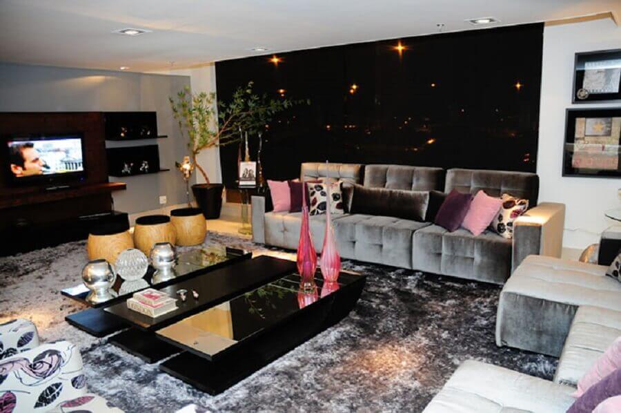 mesa de centro preta espelhada para sala de tv moderna decorada com tapete cinza  Foto Comprando meu Apê
